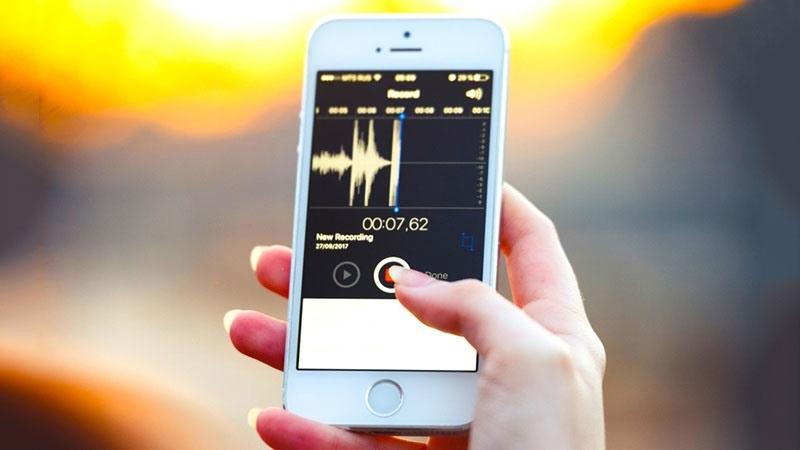 Sử dụng một smartphone hay một thiết bị có tính năng ghi âm khác