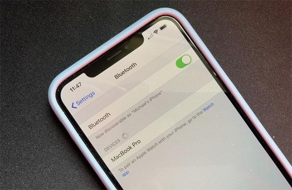 Bật chế độ kết nối Bluetooth với loa trên điện thoại